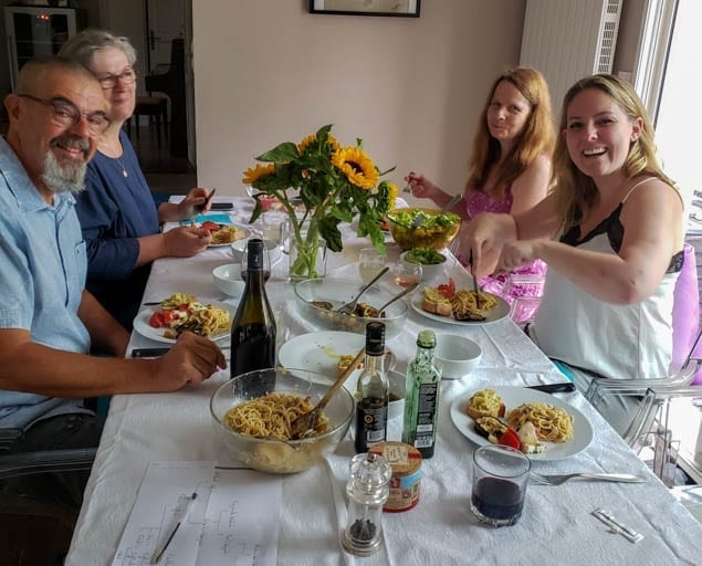 Hosting a dinner party in Saint-Martin-le-Beau