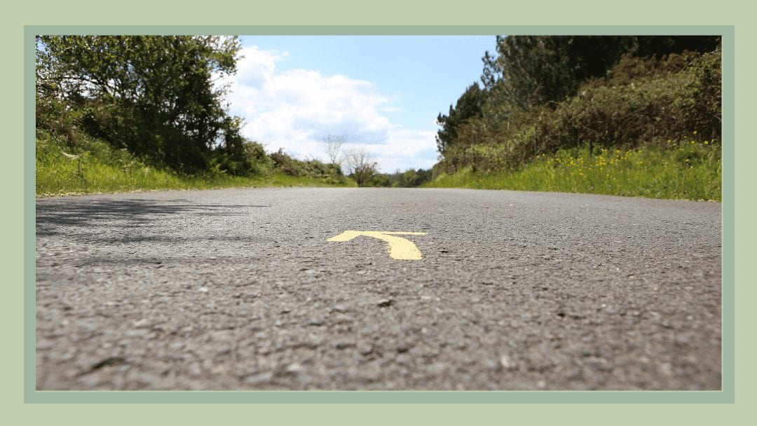Arrow painted on the road of the Camino del Norte